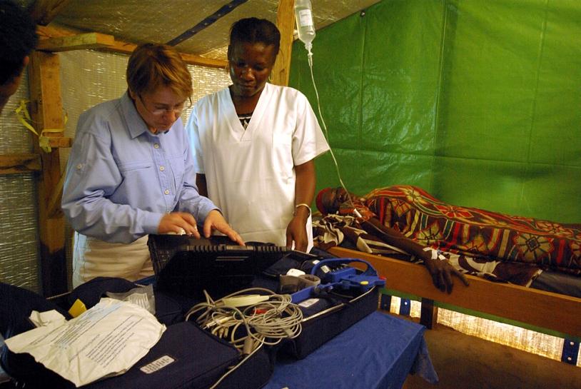 Auscultation d'une patiente grâce à la valise de télémédecine. Crédits : CNES/Ph. Collot