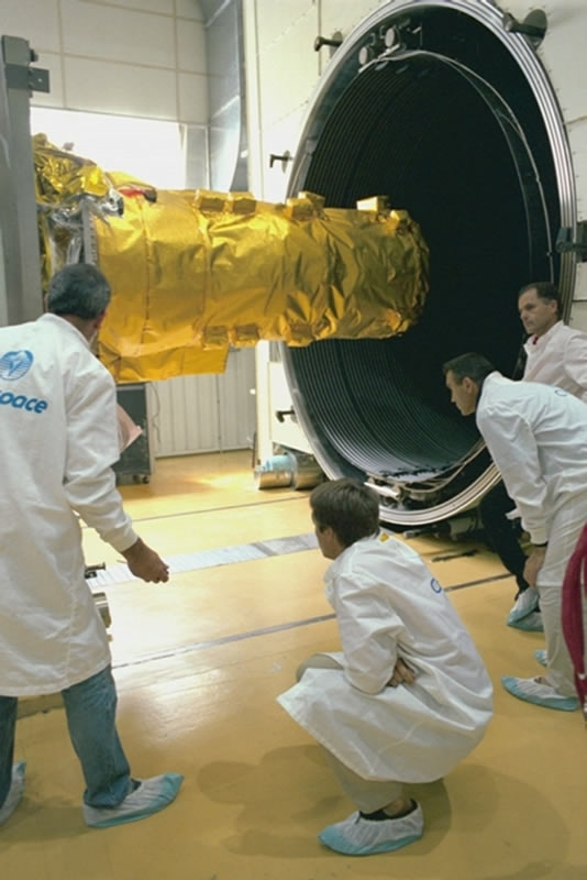 Fermeture du caisson pour des essais de vide thermique sur le modèle de qualification du spectromètre SPI ; crédits CNES/E.Grimault