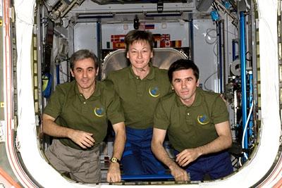 L'équipage STS-116 le jour du départ, Peggy Whitson, Léopold Eyharts et Yuri Malenchenko. Crédits : NASA