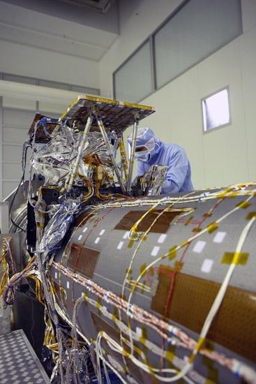 Le 1er satellite de Pléiades mis au point à Cannes. Crédit : CNES.