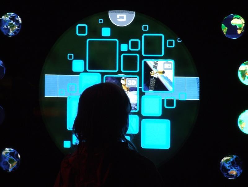 Découverte des dispositifs interactifs. Crédits : CNES/S.Klein