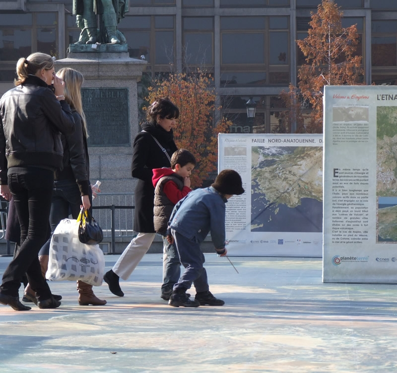"""Petite leçon de géographie sur le planisphère de l'exposition """"Avenir de la Terre, les dés sont-ils jetés ?"""". Crédits : CNES/S.Klein"""