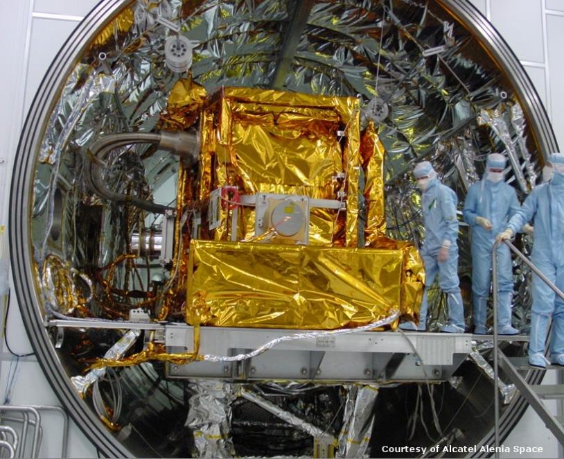 IASI dans la chambre vide ; crédits Alcatel Alenia Space