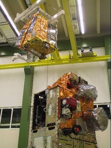 Intégration de IASI sur MetOp ; crédits : Alcatel Alenia Space