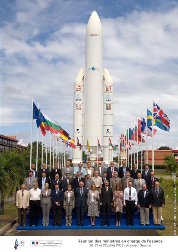 Photo de famille de l'espace européen autour de Valérie Pécresse. Crédit : ESA-CNES/activité optique video.