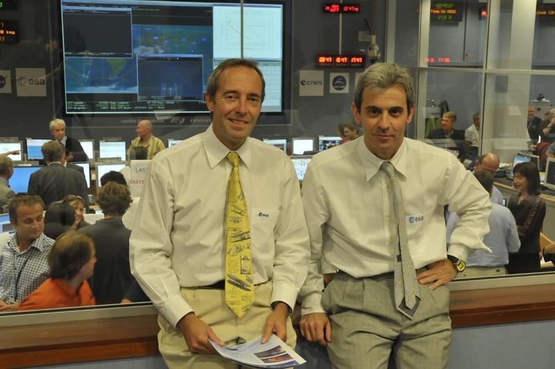 Sur place également les astronautes français de l'ESA : Jean-François Clervoy (Astronaute de Marque auprès du projet ATV) et Leopold Eyharts (en simple visiteur). Crédits : CNES.