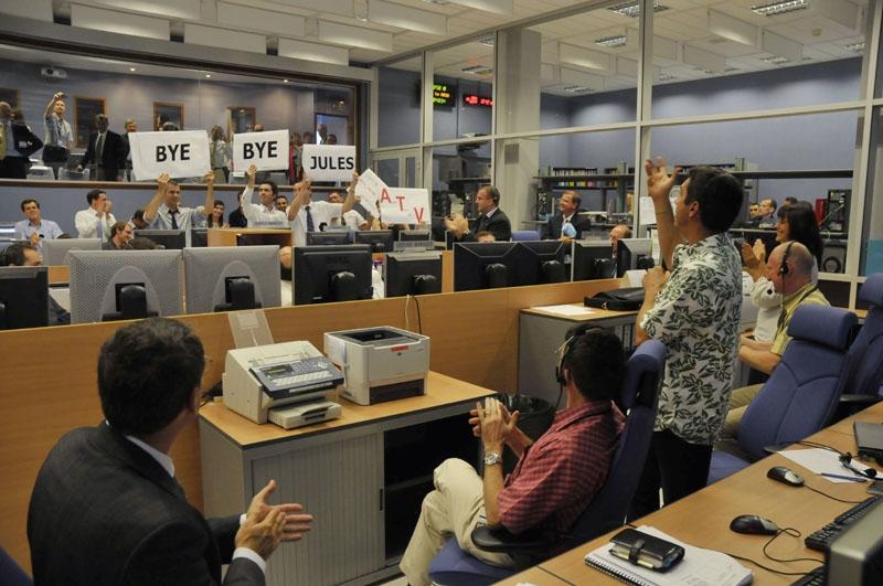 Les équipes soulagées au centre de contrôle ATV-CC du CNES à Toulouse. Crédits : CNES.