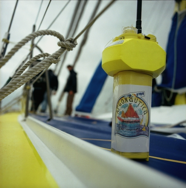 Balise Argonautica sur le pont d'un voilier. Crédits : CNES.