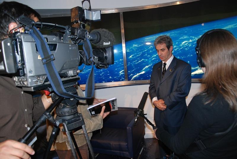 Interview avec TF1 pour le journal de 20h. Crédits : CNES.