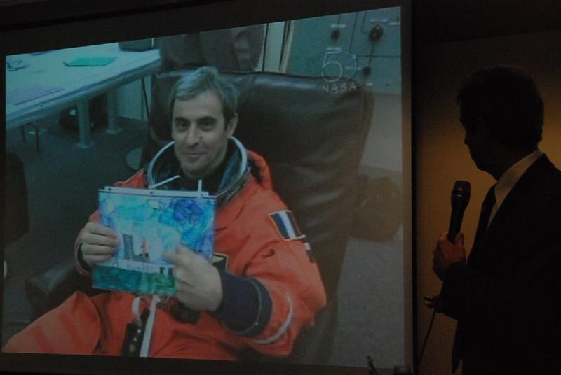 La combinaison de vol des astronautes n'aura pas été épargnée par les commentaires de Léopold Eyharts. Crédits : CNES.