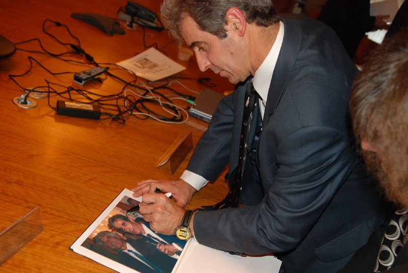 Léopold Eyharts s'est prété volontier aux séances de dédicaces. Crédits : CNES.