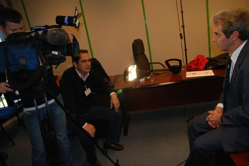 Interview en privé avec des journalistes de France 2 pour le sujet du 20h. Crédits : CNES.