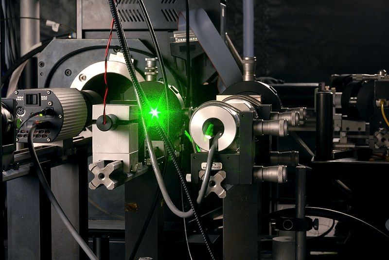 Laser du T2L2 en laboratoire. Crédits : CNES/E. Grimault.