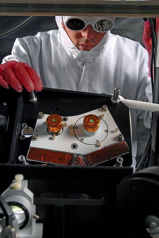 Mise au point du T2L2 en laboratoire avant sa mise en orbite le 20 juin. Crédits : Crédits CNES/E. Grimault.