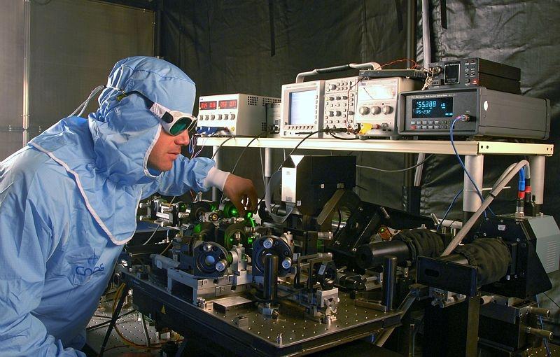Derniers tests sur le T2L2 en laboratoire. Crédits : CNES/E. Grimault.