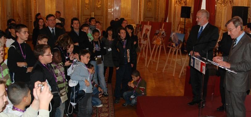 Les jeunes attentifs face à la volonté du président du CNES, Yannick d'Escatha, « d'inscrire l'Espace dans une démarche citoyenne. » Crédits : CNES.