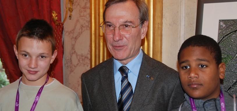 Yannick d'Escatha, président du CNES avec les jeunes qui ont participé à Espace dans ma Ville 2008. Crédits : CNES.