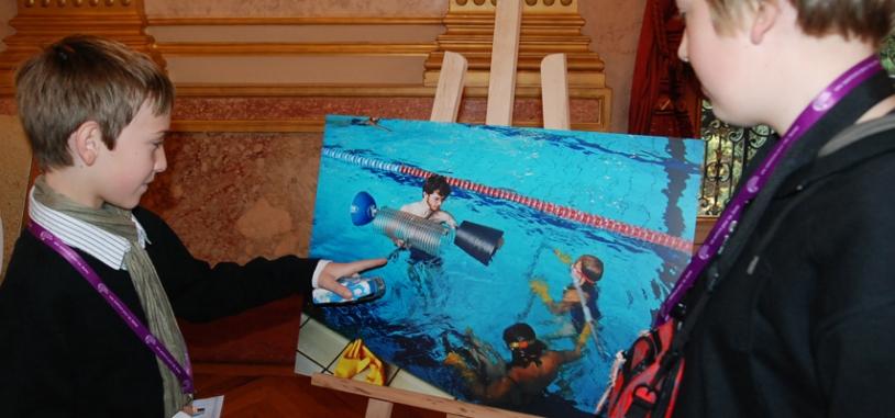 Les enfants ont pu se remémorer les activités réalisées comme ici la construction d'un satellite en piscine. Crédits : CNES.
