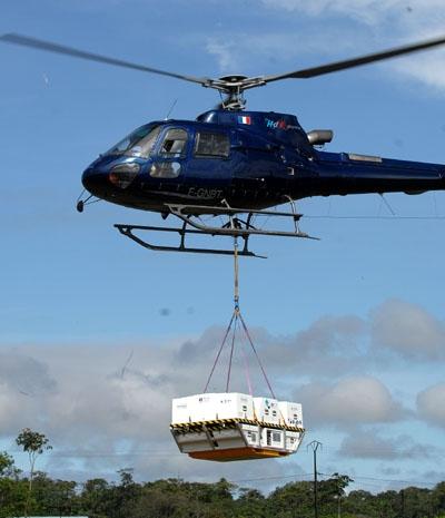 Arrivée du PSMA en hélicoptère. Crédits : Activité Optique Vidéo du CNES/CSG.