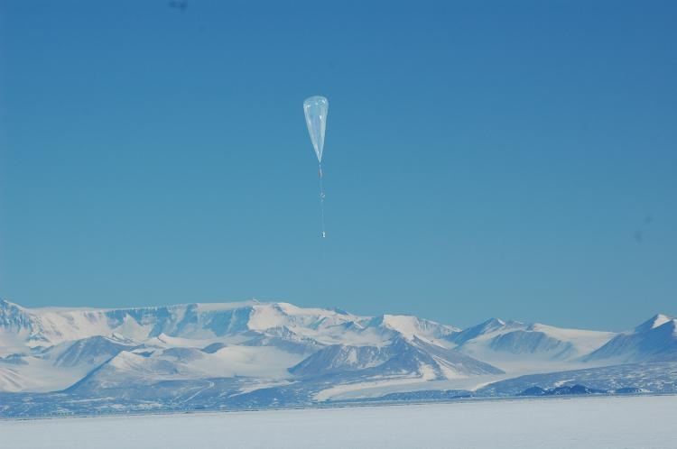 Release of a stratospheric superpressure balloon during the Vorcore campaign from McMurdo. Credits: CNES/P. Cocquerez.