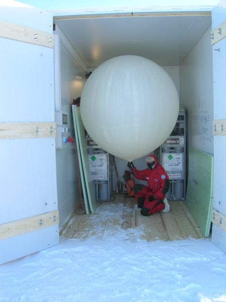 Preparing to release an ozone radiosonde from the Concordia research base for the Concordiasi programme. Credits: DC4 - IPEV.