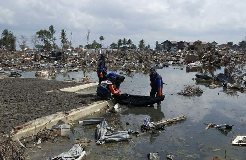 A satellite link is vital for patients living in remote areas, like here in Indonesia after the tsunami. Credits: CICR/T. Gassmann.