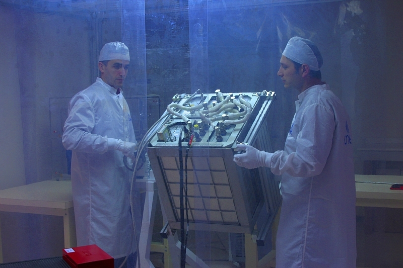 Préparation de l'expérience DECLIC au centre spatial de Toulouse en 2006. Crédits : P. JALBY.