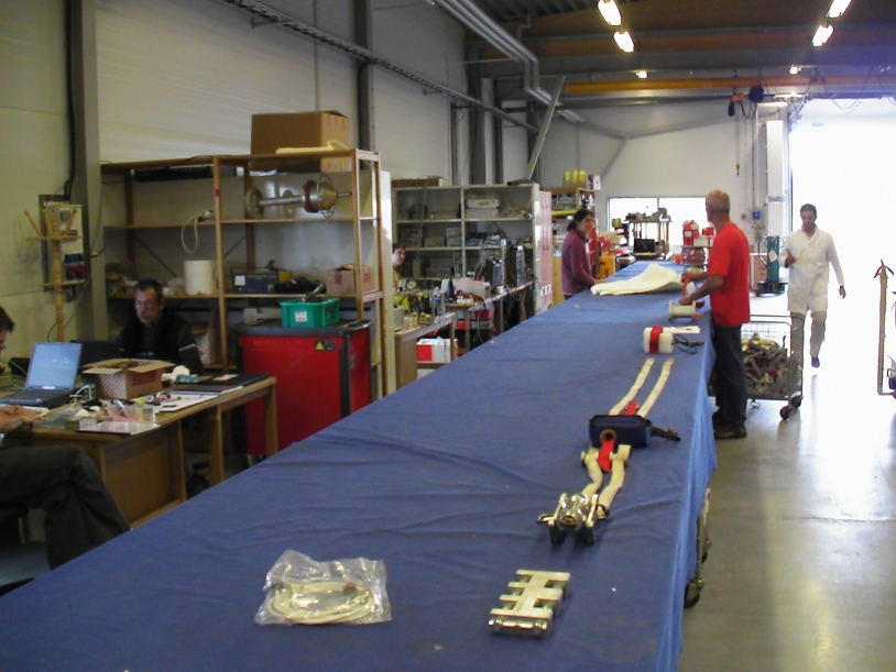 Préparation, à Kiruna, de la chaine de vol du 1er ballon de la campagne Strapolété (août 2009). Crédits : CNES.