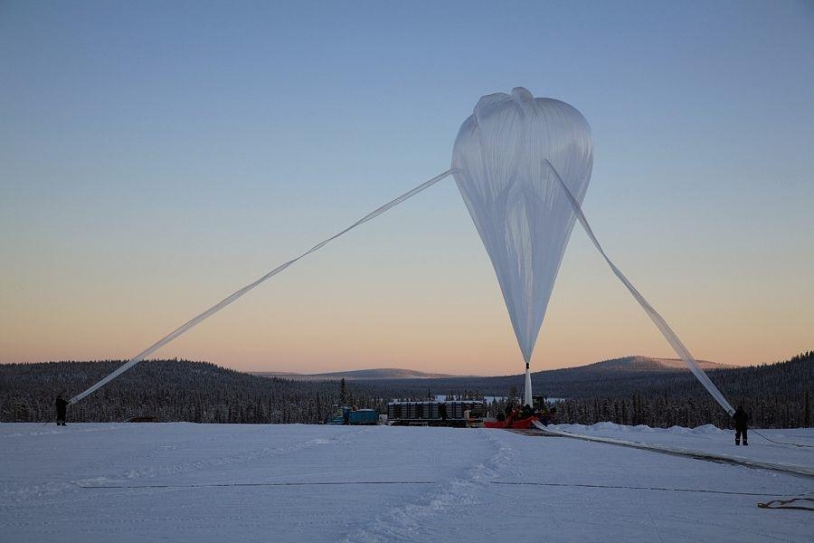 Lâcher d'un ballon stratosphérique ouvert sur la base de Kiruna, en Suède. Crédits : CNES/Arnaud Deramecourt.