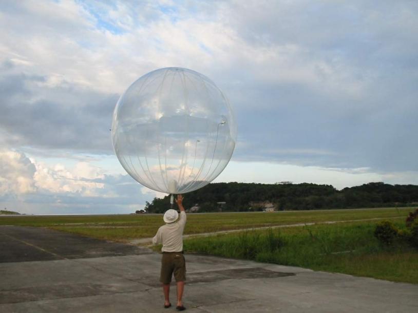 Lâcher d'un ballon dit ballon pressurisé couche limite (BPCL). Crédits : CNES