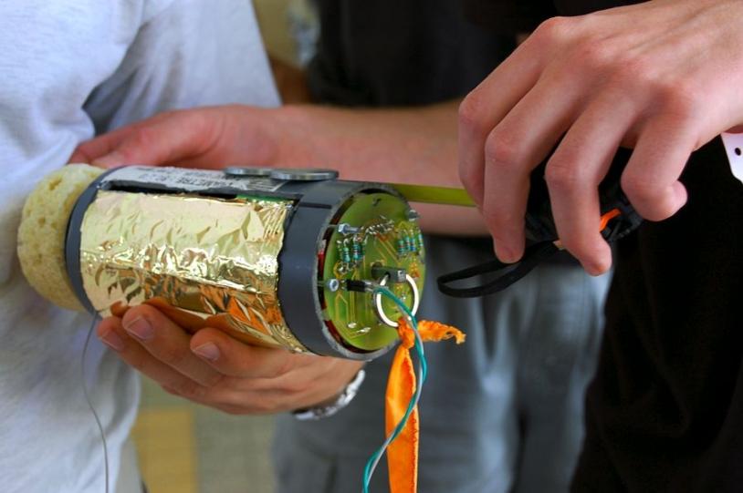 Contrainte du Cansat, tout doit tenir dans le volume d'une cannette de soda. Crédits : CNES/S. Girard.