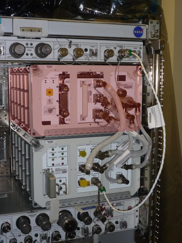 Le mini-laboratoire Déclic a été placé dans un rack Express. Crédits : NASA.
