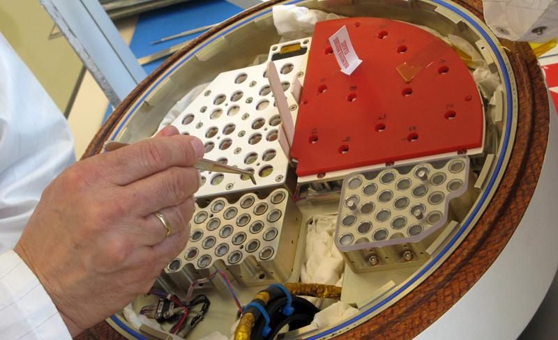 Récupération des carbonates terrestre dans le module BIOPAN après une exposition de 12 j aux UV dans l'espace. Crédits : LISA.