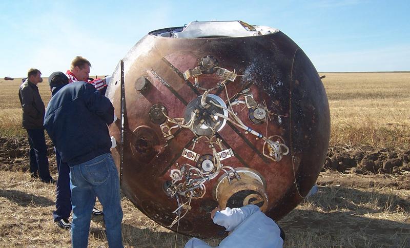 La caspule FOTON a été récupérée en 2007 après 12 j d'exposition aux UV dans l'espace, on apperçoit le module BIOPAN dans les mains du technicien en bleu ciel. Crédits : LISA.