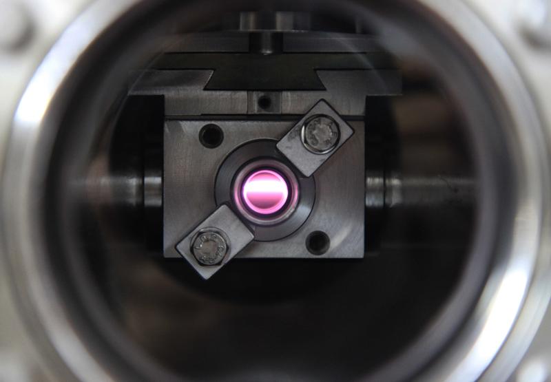 Le faisceau ultraviolet polarisé circulairement (UV-CPL) sur la ligne de lumière appelée DESIRS du synchrotron SOLEIL, matérialisé par son passage dans un filtre gazeux de xénon. Crédits : Thomas Lannes.