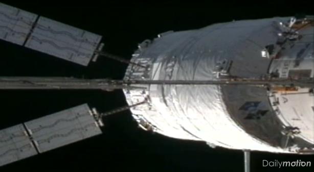 A 17h11 (heure de Paris) le cargo est devenu officiellement un module provisoire de l'ISS. Crédits : ESA/NASA.