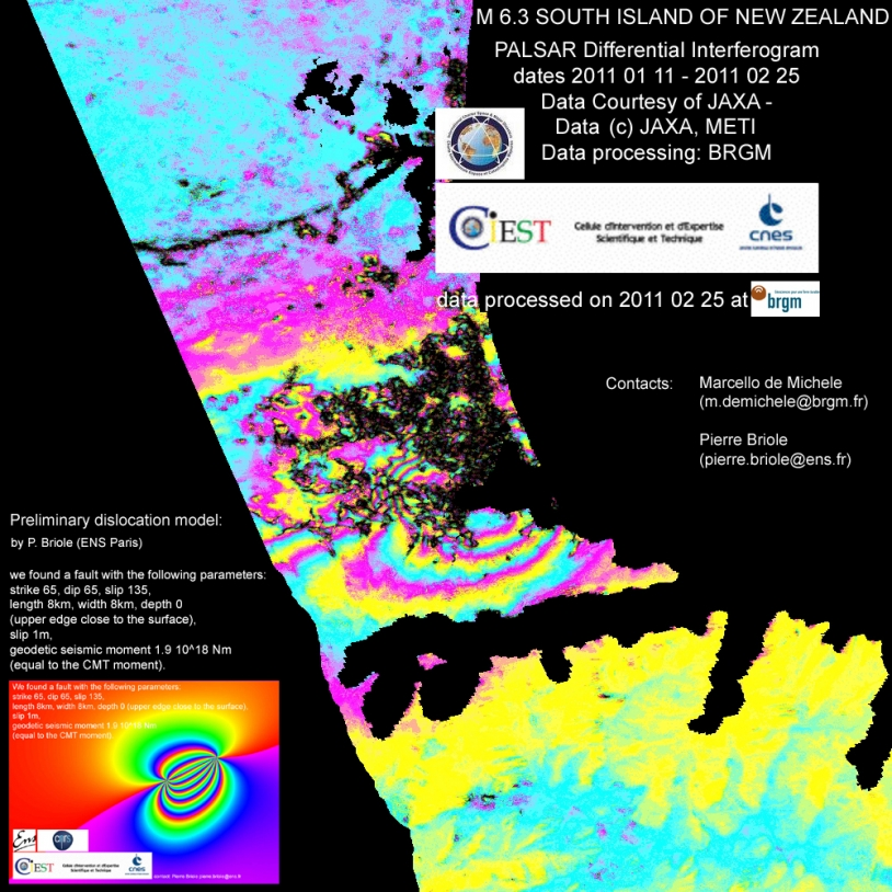 Interférogamme mettant en évidence les déplacements de terrain. Chaque frange de couleur représente un déplacement du sol consécutif au séisme de 11,8 cm.
