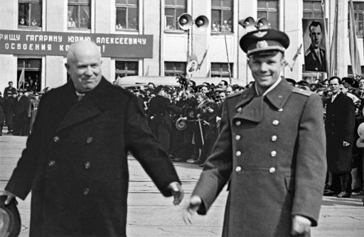 Youri Gagarine et Nikita Krouchtchev à l'aéroport Vnukovo de Moscou juste après le vol historique en 1961. Crédits : RIA Novosti / Aleksandr Sergeev.