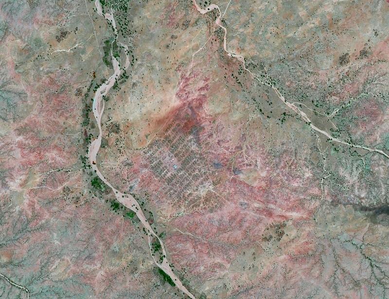 Camp de réfugiés au Darfour vu par SPOT-5 avec une résolution de 2,5 m. Crédits : CNES/dist. SPOT Image/Traitement QTIS, 2008.