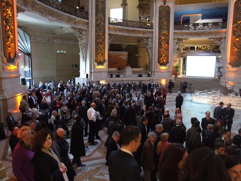 Le hall d'entrée du Palais de la découverte accueille les invités de l'inauguration. Crédits : CNES.