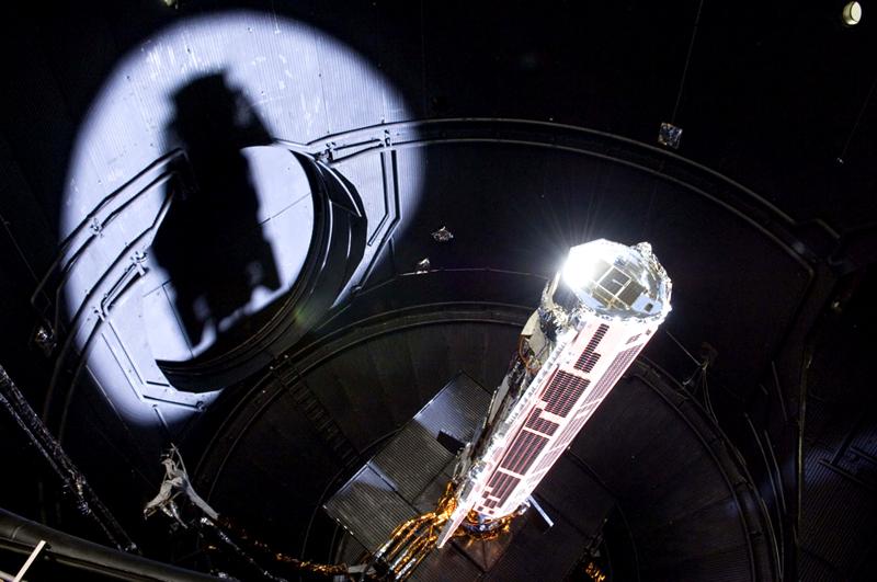 GOCE en test juste avant son lancement en 2009. Crédits : ESA.