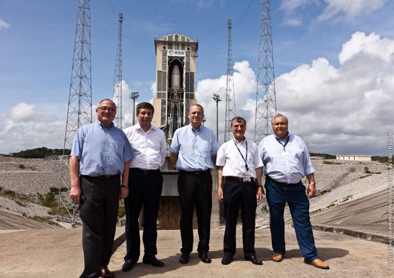 Les représentants russes et européens devant le site de lancement Soyouz. Crédits : ESA/CNES/Arianespace/Optique Vidéo du CSG – R LIETAR.