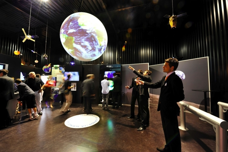 Pavillon du CNES au Salon du Bourget 2009. Crédits : CNES.
