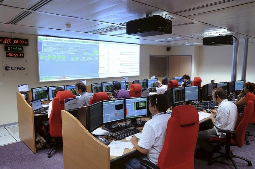 Salle de controle principale pour la mise à poste des satellites Galileo au Centre spatial de Toulouse. Crédits : CNES/E. Grimault.