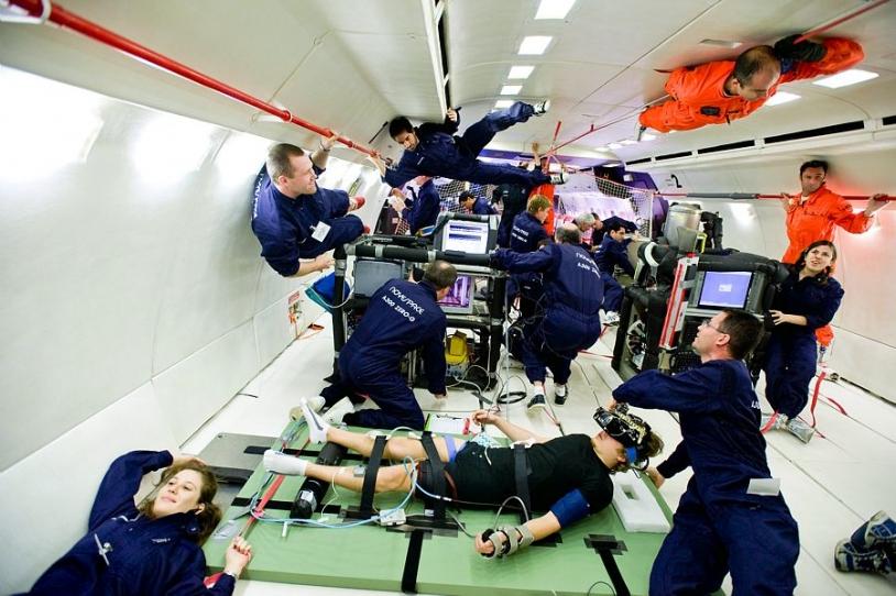 Scientifiques en impesanteur à bord de l'Airbus A300 ZERO G. Crédits : CNES/PEDOUSSAUT Manuel, 2008