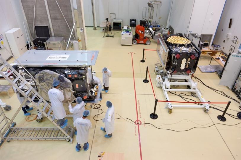 Satellites Galileo en préparation au centre spatial guyanais. Crédits: Astrium/Raoul Kieffer.
