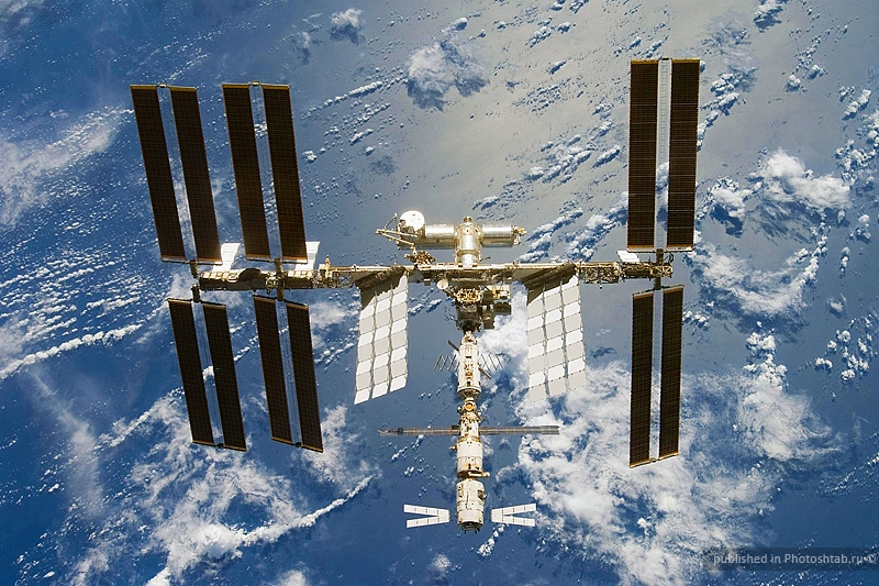Vaisseau ATV amarré à la station spatiale internationale (dernier module en bas de l'image). Crédits : NASA.