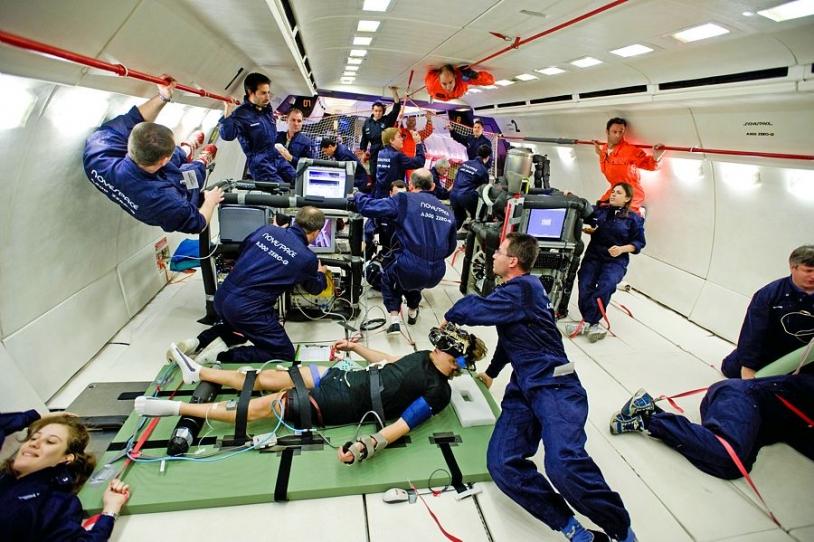 Expérimentations scientifiques dans l'A300 ZERO-G. Crédits : CNES, Novespace.