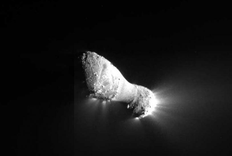 La comète 103P Hartley a été survolée par la sonde Deep Impact, le 4 novembre 2010, lors de la mission EPOXI (NASA). Son noyau présente une zone beaucoup plus lisse, comme un bandeau entourant son centre de masse. Crédits : NASA/JPL-Caltech/UMD.