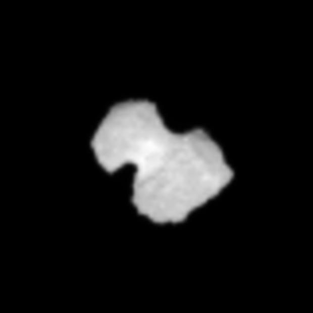 Image zoomée 10 x et interpolée du noyau de 67P vu par la caméra de navigation de Rosetta le 30 juillet 2014 à une distance de 1 630 km.